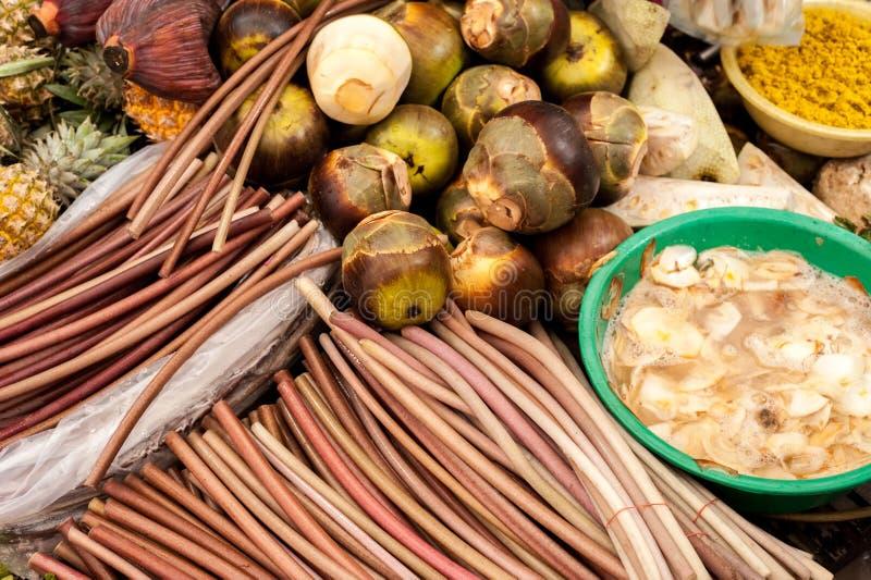 Frutas y verduras tropicales exóticas en el mercado asiático de la comida foto de archivo