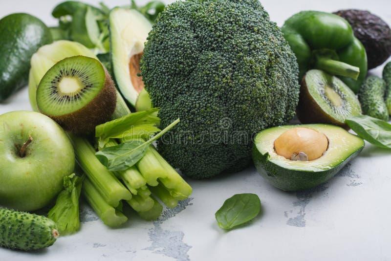 Frutas y verduras verdes en el fondo blanco imagen de archivo