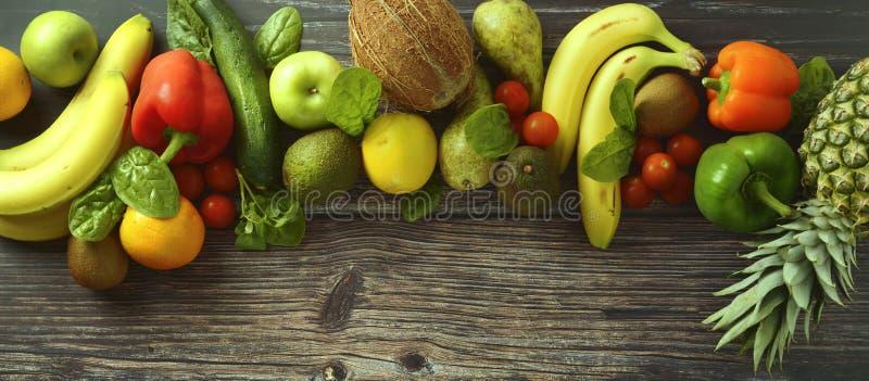 Fruti och grönsakbakgrund Olika frukter och grönsaker över träbakgrund baner kopiera avst?nd royaltyfri bild