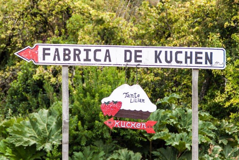 FRUTILLAR, ЧИЛИ - 1-ОЕ МАРТА 2015: Фабрика Знака Fabrica de Kuchen Kuchen в деревне Frutillar Kuchen немецкое cak стиля стоковая фотография rf