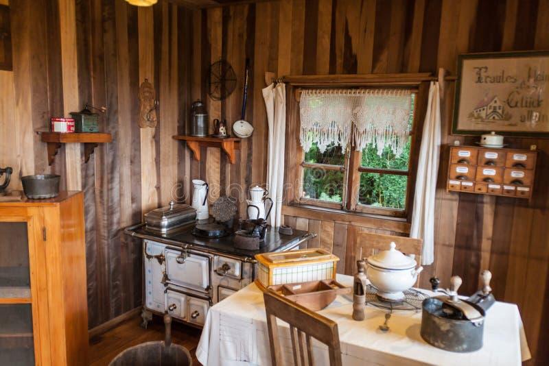 FRUTILLAR, CHILI - MAART 1, 2015: Binnenland van een traditioneel huis in Historisch Duits Koloniaal Museum in Frutillar royalty-vrije stock fotografie