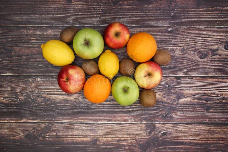14 frutis на деревянном столе стоковые изображения