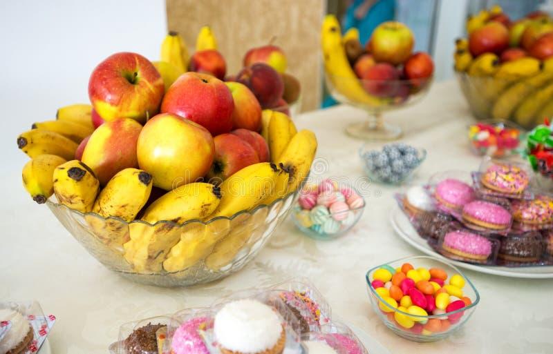 Frutis auf dem Tisch an der Hochzeit lizenzfreie stockfotos