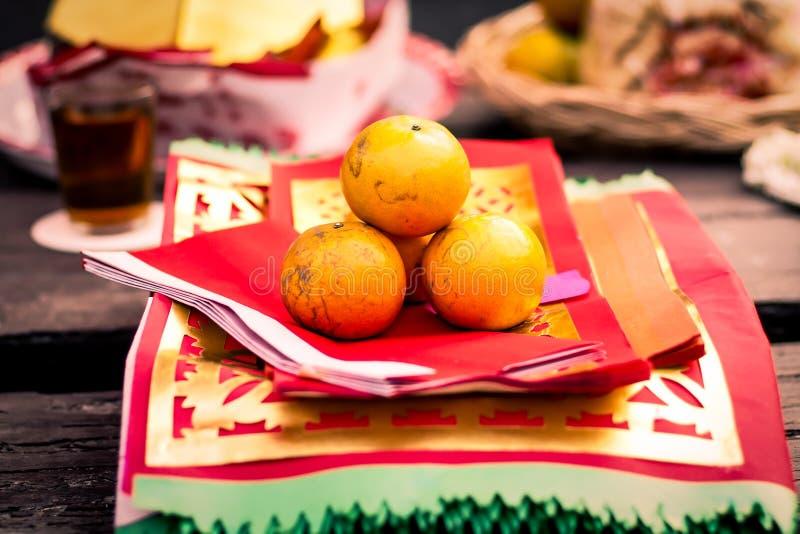 Fruto alaranjado no papel chinês da religião tradicional para rezar imagem de stock royalty free