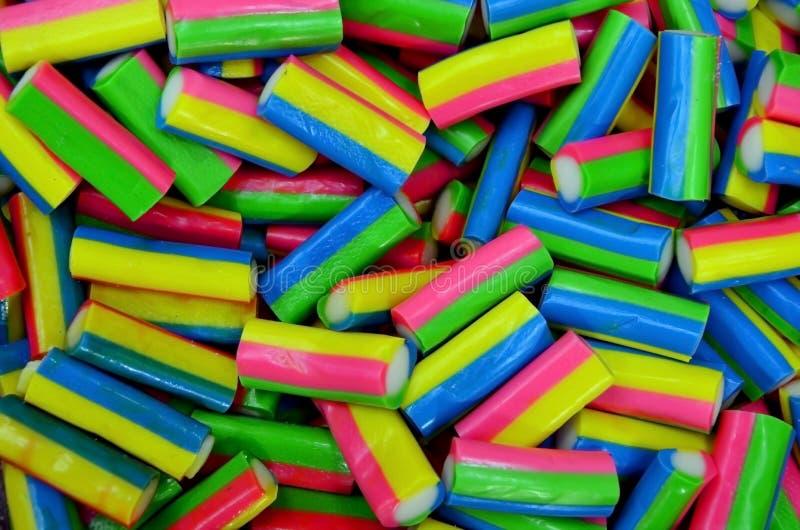 Fruto brilhante do sabor dos doces do doce de fruta do açúcar da forma longa do arco-íris, close-up doce da sobremesa colorida da imagem de stock royalty free