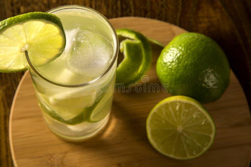 Fruto Caipirinha do limão de Brasil no fundo de madeira imagem de stock royalty free