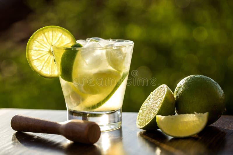 Fruto Caipirinha do limão de Brasil no fundo obscuro verde foto de stock