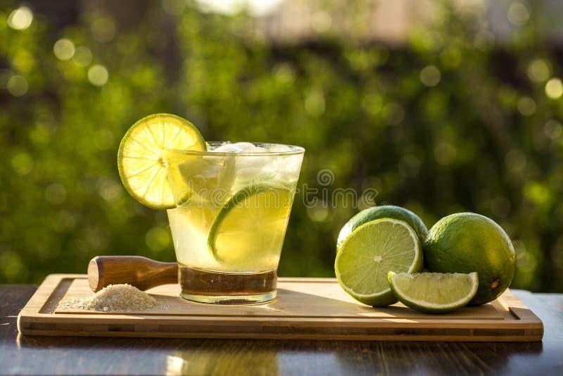 Fruto Caipirinha do limão de Brasil no fundo obscuro verde fotografia de stock royalty free