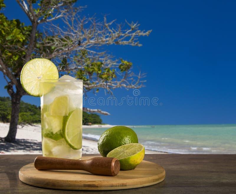 Fruto Caipirinha do limão de Brasil sobre o fundo bonito da praia imagens de stock