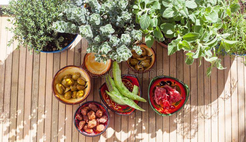 Fruto cristalizado, azeitonas picantes, amêndoas caramelizadas e plantas aromáticas, exteriores fotos de stock
