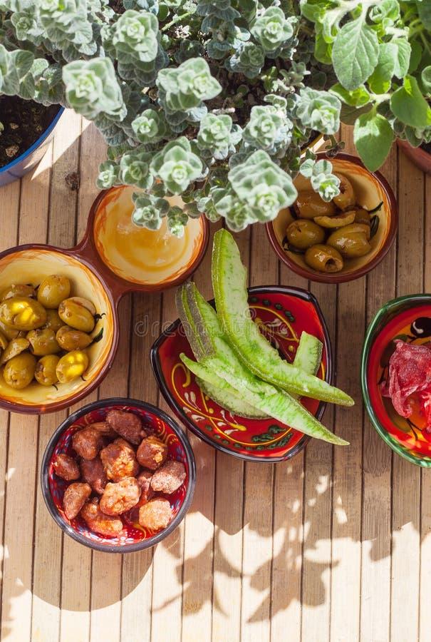 Fruto cristalizado, azeitonas picantes, am?ndoas caramelizadas e plantas arom?ticas, exteriores foto de stock