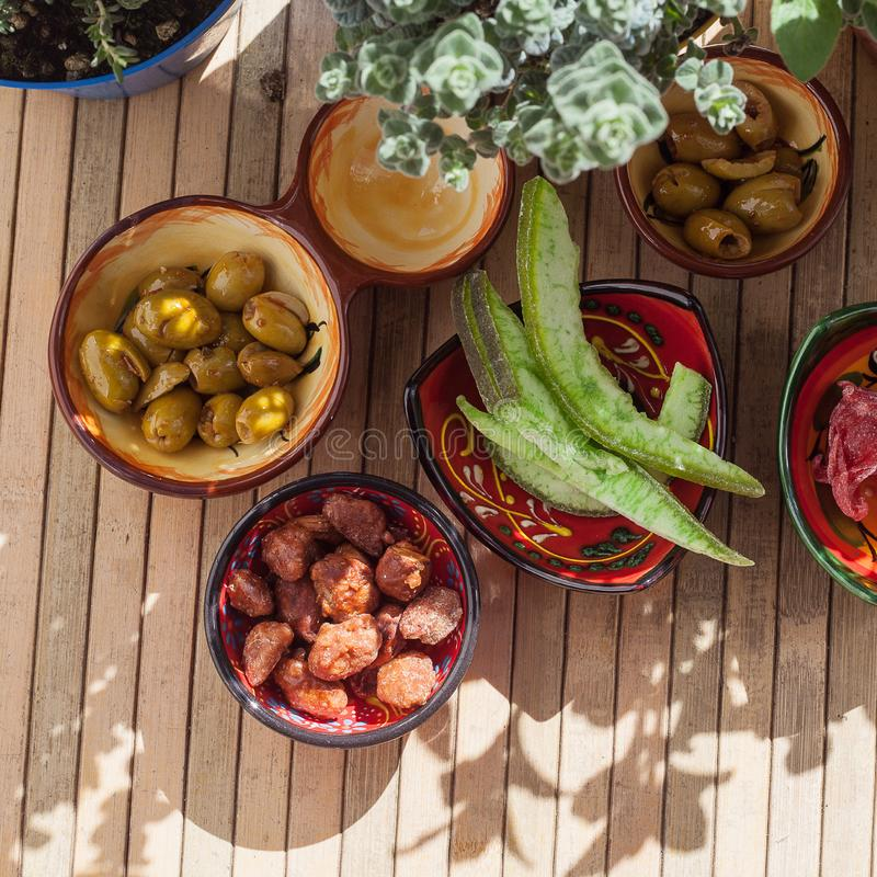 Fruto cristalizado, azeitonas picantes, am?ndoas caramelizadas e plantas arom?ticas, exteriores imagens de stock royalty free