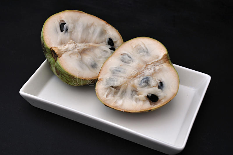 Fruto da cherimólia na bandeja imagem de stock
