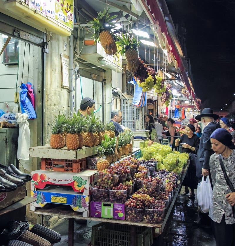 Fruto da compra dos compradores em uma loja aberta no mercado de Mahane Yehuda no Jerusalém, Israel fotografia de stock