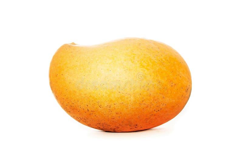Fruto da manga com a folha isolada no fundo branco Foto profissional do est?dio Manga madura amarela em branco isolada fotografia de stock