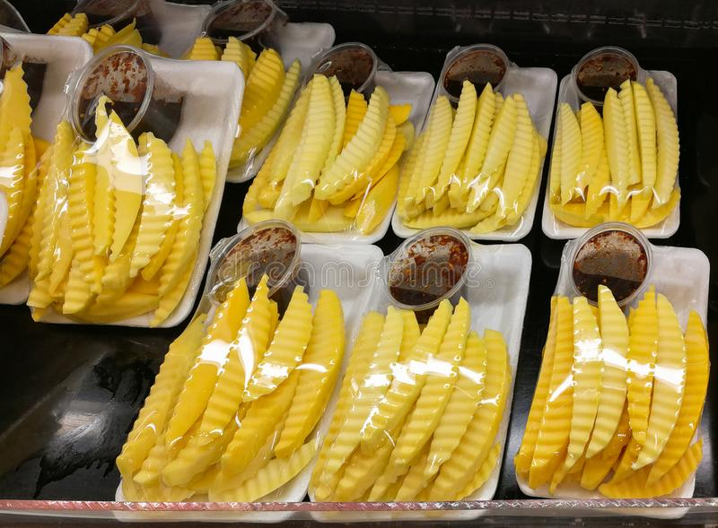 Fruto da manga da fatia na bandeja plástica para a venda no mercado imagens de stock