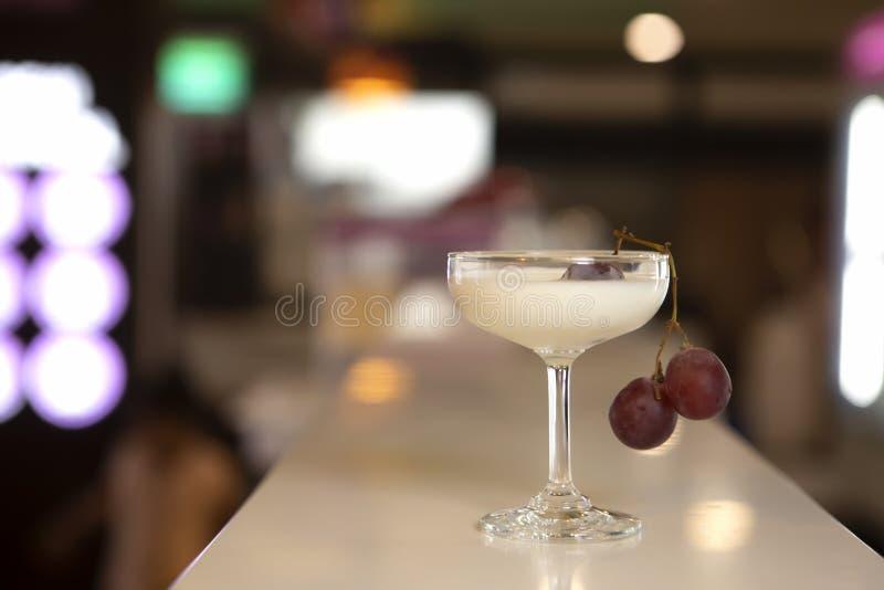 Fruto da mistura com milk shake de Venila no vidro com uvas imagem de stock