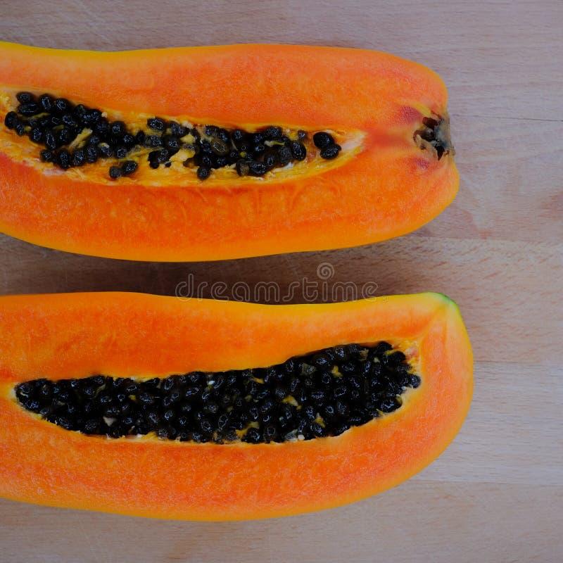 Fruto da papaia no fundo de madeira imagens de stock royalty free