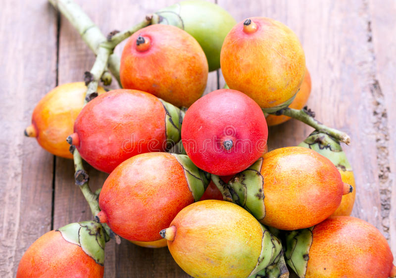 Fruto da semente da palma real na placa de madeira foto de stock royalty free