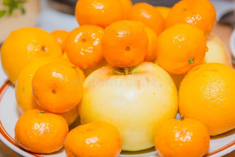 Fruto das tangerinas Mentira das tangerinas em uma tabela Fruto fresco fotografia de stock royalty free