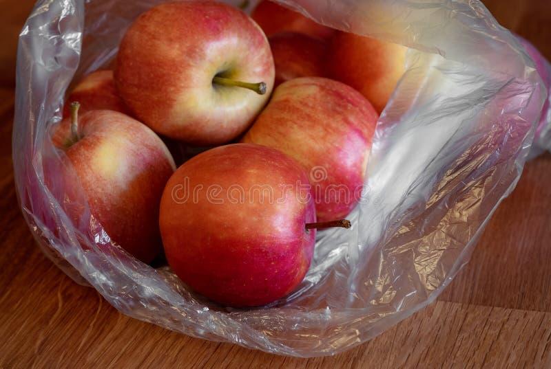 Fruto de Apple no saco de plástico na tabela fotografia de stock