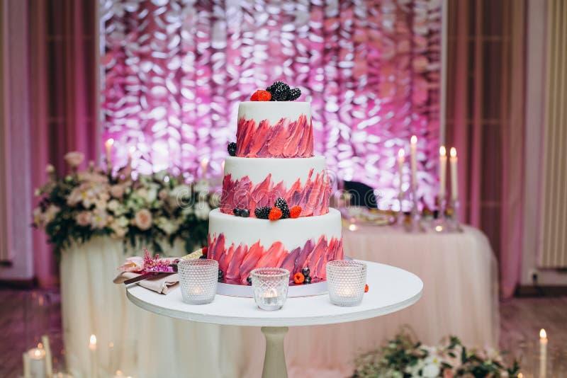 Fruto de bagas festivo da decoração dos assoalhos do bolo três fotografia de stock