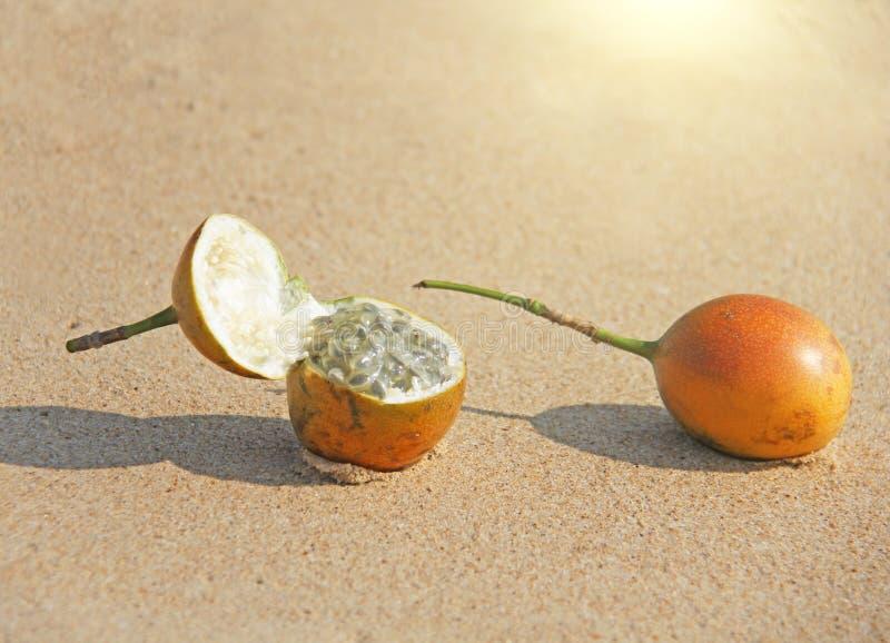 Fruto de paixão aberto de duas laranjas com sementes Close up do fruto de paixão imagem de stock