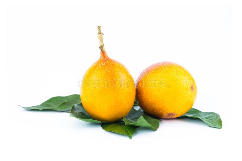 Fruto de paixão amarelo de Graadilla suculento com geleia dentro da sobremesa apetitosa deliciosa Ásia na perspectiva das folhas  imagens de stock royalty free