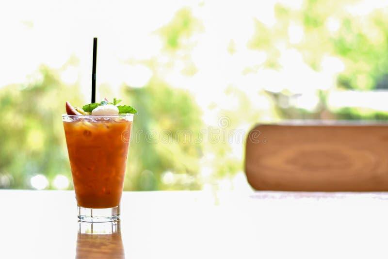Fruto de paixão do batido na boa vinda de madeira da tabela ao verão foto de stock royalty free