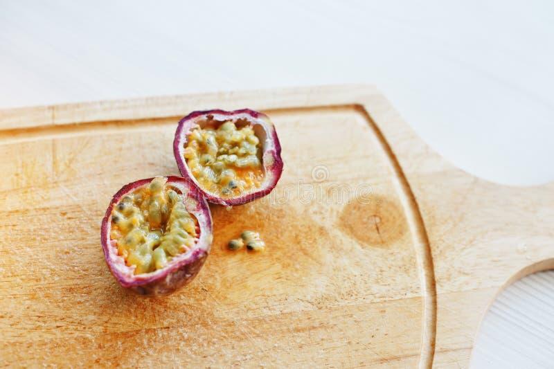 Fruto de paixão dos frutos ou Passiflora exótico do maracuya edulis imagem de stock