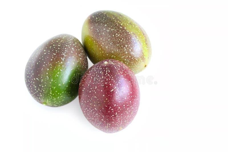 Fruto de paixão fresco no fundo branco fotos de stock
