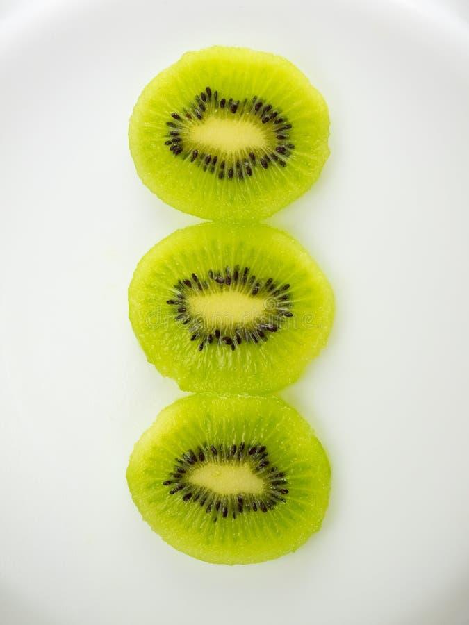 Fruto de quivi cortado do ‹do †do ‹do †no fundo branco, foto de um quivi, fruto verde cru do close-up imagens de stock