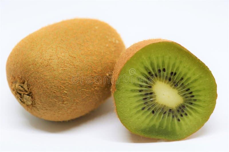 Fruto de quivi cortado isolado no branco fotografia de stock