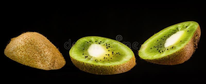 Fruto de quivi cortado isolado no fundo preto três fatias de fruto de quivi isoladas no preto fotografia de stock royalty free