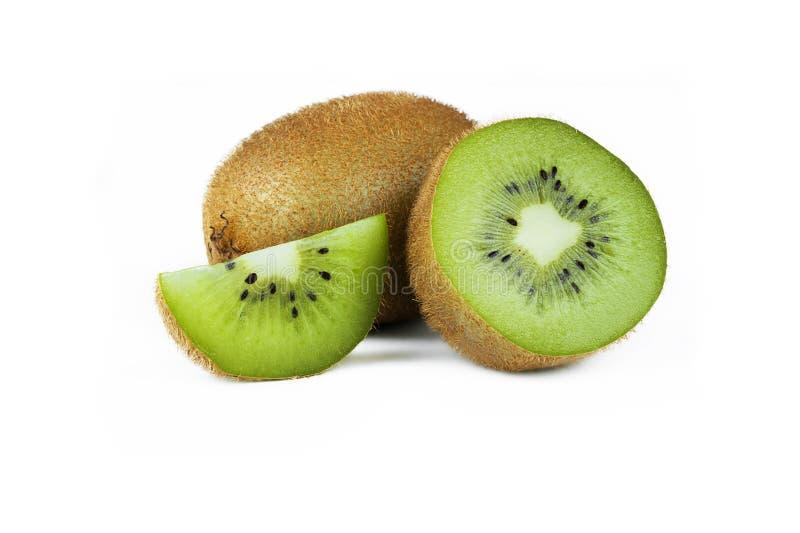 Fruto de quivi cortado maduro fresco isolado sobre a metade branca, inteira e frutos de quivi suculentos orgânicos da parte no es imagem de stock