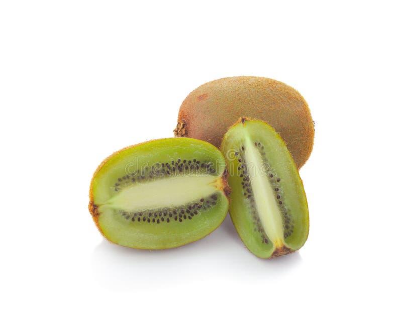 Fruto de quivi e seus segmentos cortados isolados no fundo branco imagens de stock royalty free