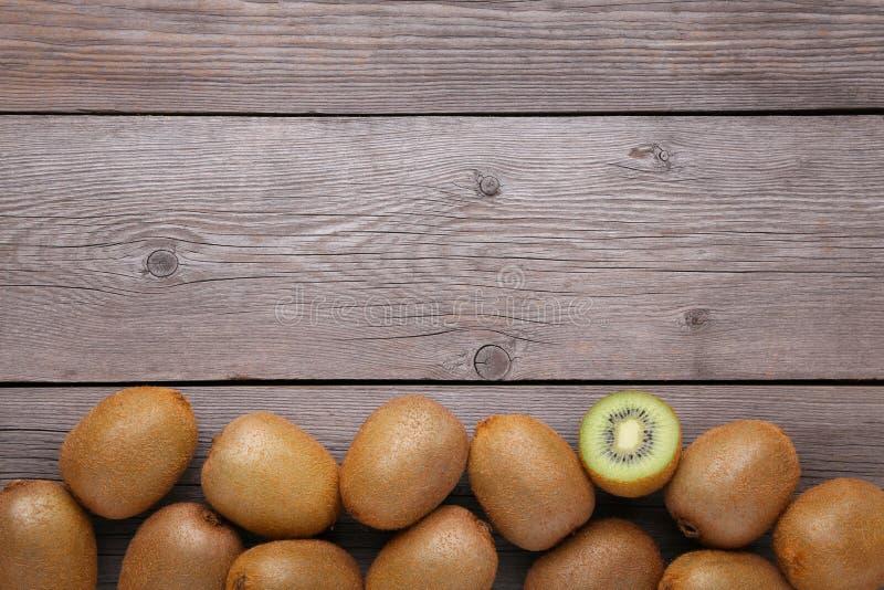 Fruto de quivi fresco no fundo de madeira cinzento foto de stock