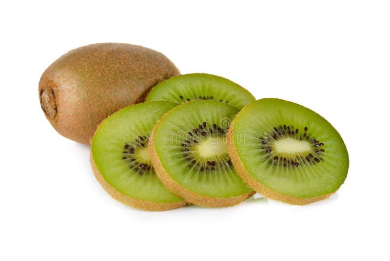Fruto de quivi inteiro e cortado no branco imagens de stock