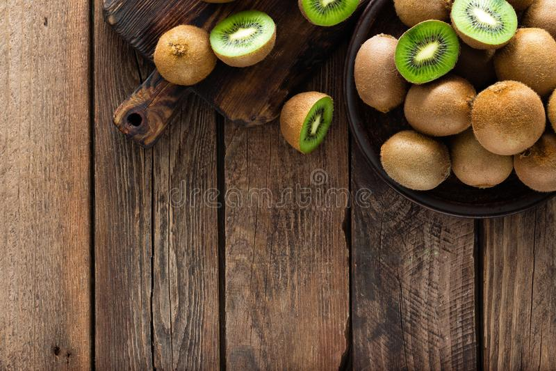 Fruto de quivi na tabela rústica de madeira, ingrediente para o batido da desintoxicação foto de stock royalty free