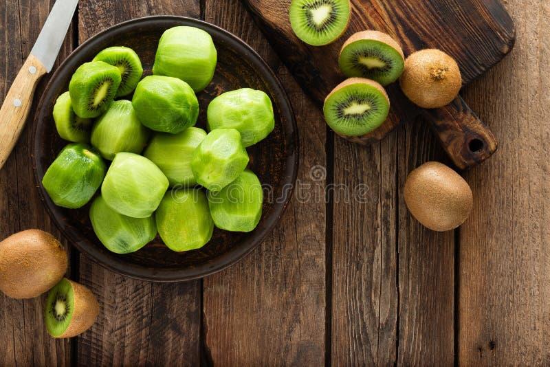 Fruto de quivi na tabela rústica de madeira, ingrediente para o batido da desintoxicação foto de stock