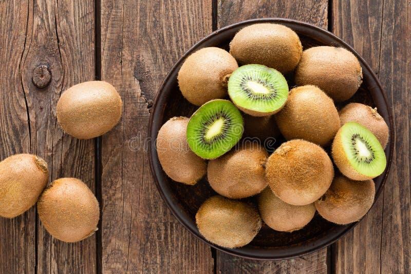Fruto de quivi na tabela rústica de madeira, ingrediente para o batido da desintoxicação fotografia de stock royalty free