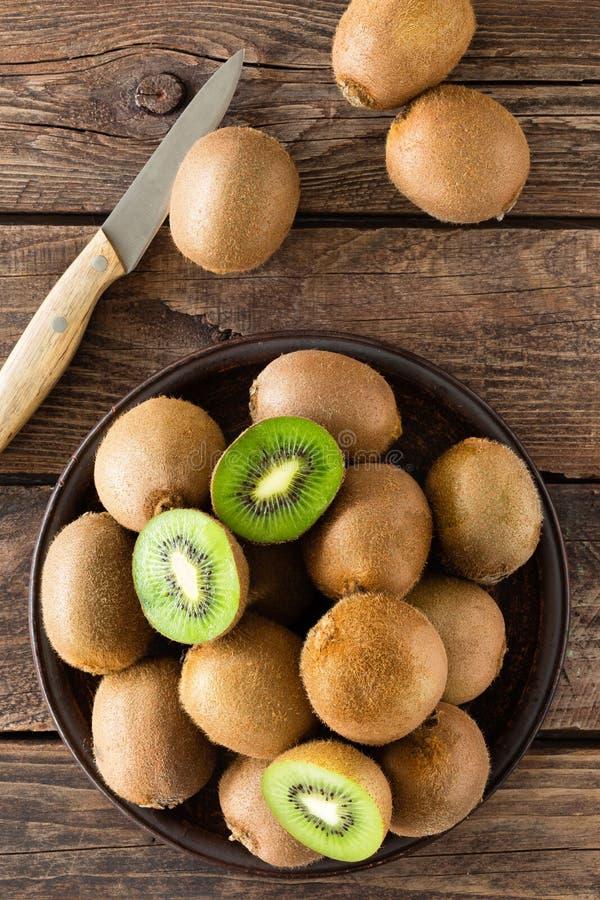 Fruto de quivi na tabela rústica de madeira, ingrediente para o batido da desintoxicação fotos de stock