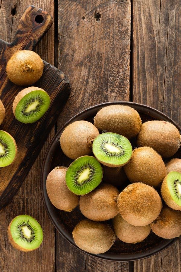 Fruto de quivi na tabela rústica de madeira, ingrediente para o batido da desintoxicação imagens de stock