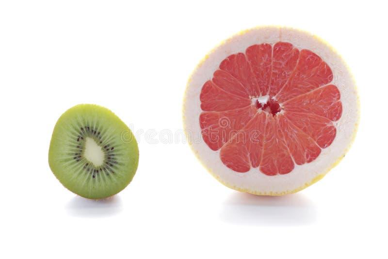 Fruto de quivi verde fresco e toranja cor-de-rosa isolados no fundo branco imagem de stock