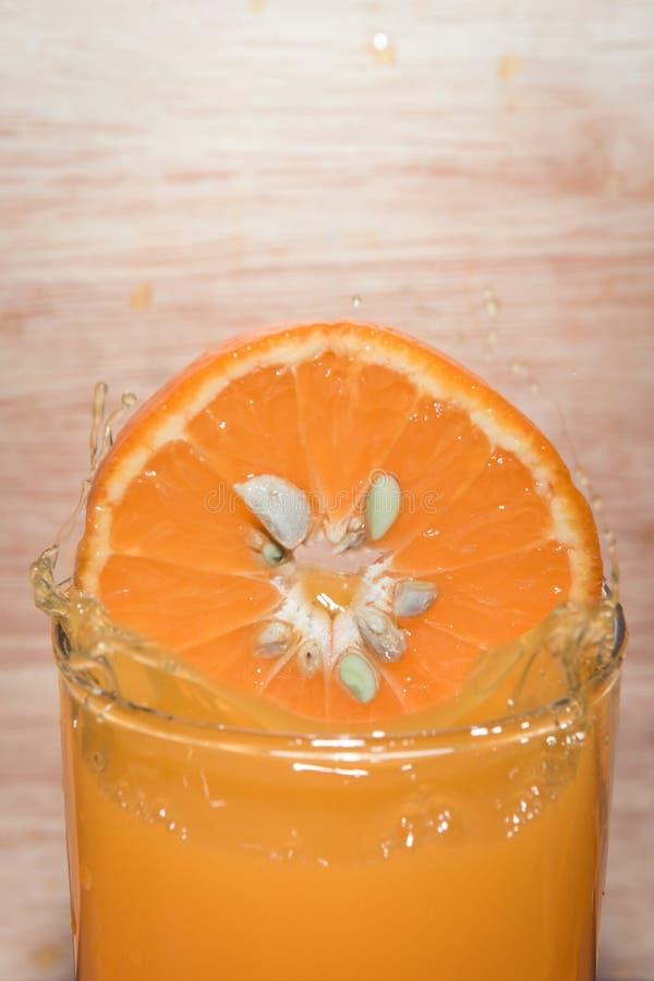 Fruto deixado cair da laranja da fatia foto de stock royalty free