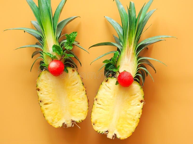 Fruto do abacaxi cortado ao meio na vista superior foto de stock