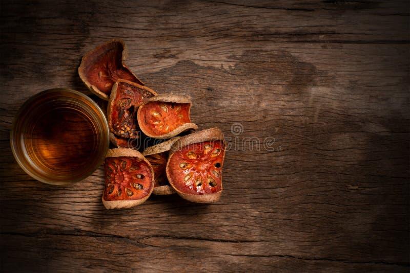 Fruto do bael e suco secados do bael foto de stock royalty free