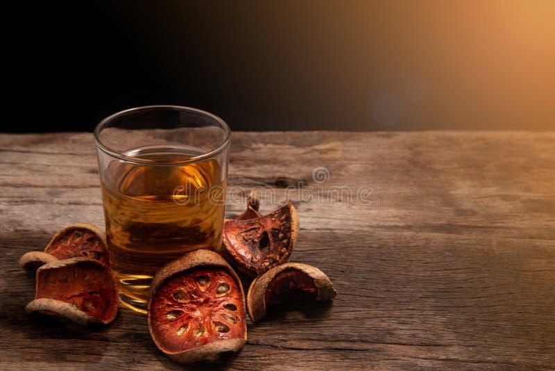 Fruto do bael e suco secados do bael fotos de stock