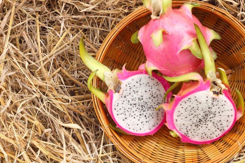 Fruto do dragão na cesta de bambu imagem de stock
