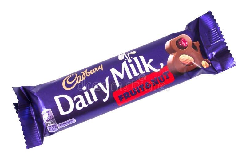 Fruto do leite da leiteria de Cadbury e barra de chocolate da porca imagens de stock royalty free